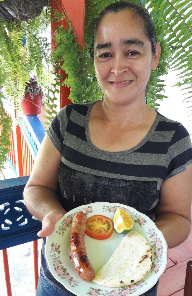 Luz Piedrahita presenta el típico chorizo santarrosano.Foto Karen Bernal Marrugo | Revista MIA