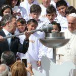 El papa Francisco y el presidente Santos encendieron la llama de la paz a su llegada a la Casa de Nariño en Bogotá.