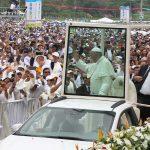 El Papa Francisco bendijo a los asistentes al aeropuerto 'Enrique Olaya Herrera' de Medellín, donde ofició la tercera misa de su visita a Colombia.