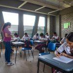 Se trata de estudiantes del colegio Los Gómez, construido por el Gobierno Nacional a través del Fondo Adaptación, que se consolida como semillero de investigación y ciencia. Foto cortesía del Fondo Adaptación