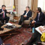 El Presidente Santos recibió este miércoles al CEO del Consejo Británico, sir Ciarán Devane, quién manifestó interés de colaborar con Colombia en proyectos de educación rural. Les acompañó el director en el país, Tom Miscioscia.