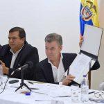 El Presidente Juan Manuel Santos ,acompañado por el Ministro del Interior, Guillermo Rivera, muestra el decreto que firmó y con el que se actualiza la Comisión para el Desarrollo Integral de la Política Indígena del Cauca.