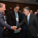 El Presidente Santos saluda al Embajador de Estados Unidos en Colombia, Kevin Whitaker, antes de iniciarse el lanzamiento del Informe Nacional de Competitividad, en el Club El Nogal de Bogotá.