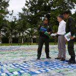 En compañía del Director de la Policía, general Jorge Hernando Nieto, el Presidente inspecciona el cargamento de cocaína decomisado en el Urabá antioqueño, el más grande confiscado por la entidad en una sola operación.