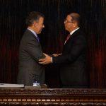 El Presidente Juan Manuel Santos felicita al magistrado de la Corte Suprema de Justicia, Octavio Tejeiro, tras concluir el acto de posesión.