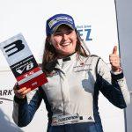 Tatiana Calderón en el podio en su estreno en la World Series Fórmula V8 en Bahréin