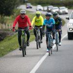 En la fotografía, el ministro de Agricultura y Desarrollo Rural, Juan Guillermo Zuluaga Cardona (de rojo), pedalea al lado de la estrella del ciclismo mundial, Nairo Quintana (de azul), quien se ha convertido en embajador de buena voluntad del agro colombiano.