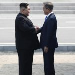Durante el saludo Moon también piso brevemente el territorio norcoreano.