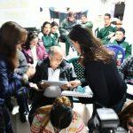 La esposa del candidato presidencial Luz María Zapata le presentó a representantes de la Fundación Esperanza la propuesta de Familia y la Cartilla para población con discapacidad visual.