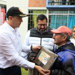 Viceministro de vivienda, Mauricio Rosero Insuasti, entregando escrituras a familias que habitarán el macroproyecto San José, en Manizales. Foto: René Valenzuela (MVCT)
