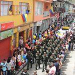 un colorido desfile recorrio las calles de neira
