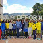 El secretario general del Comité Olímpico Colombiano, Ciro Solano, acompañado por los atletas olímpicos que participarán en octubre en los Juegos Olímpicos de la Juventud Buenos Aires 2018