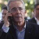Senador Uribe con celular