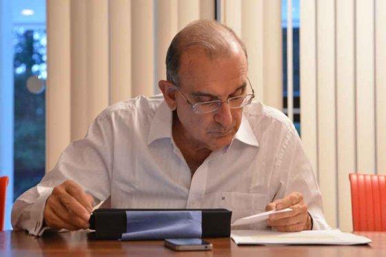 """El negociador del Gobierno le respondió al Uribismo que publicó un documento que llamó """"las 52 capitulaciones de Santos en La Habana""""."""