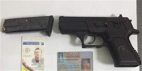 Las armas y los demás elementos incautados al exjefe de capturas del CTI. Archivo particular