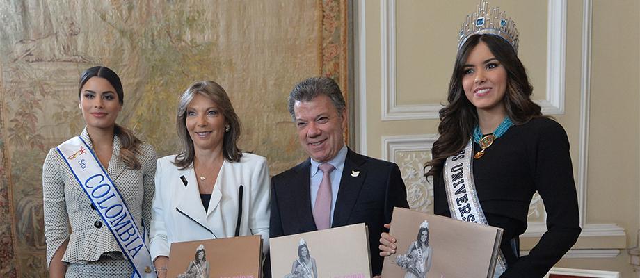 Miss Universo y Miss Colombia fueron portadoras del libro del Concurso Nacional de la Belleza, obsequiado a la familia presidencial