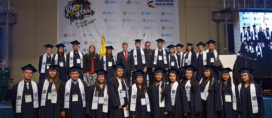 El Presidente Santos con graduandos del Sena, pertenecientes al programa 'Jóvenes en Acción' Bogotá - 6 de mayo. Foto: Juan Pablo Bello - SIG
