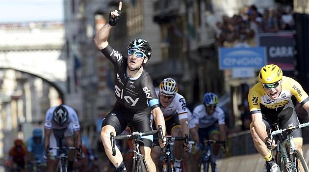 Elia Viviani celebra en meta su triunfo de etapa.