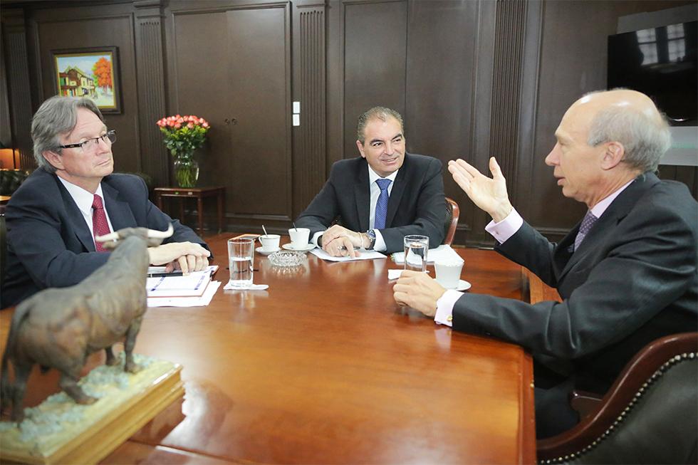 Embajador de Italia, Gianini Bardini; el Ministro de Agricultura, Aurelio Iragorri
