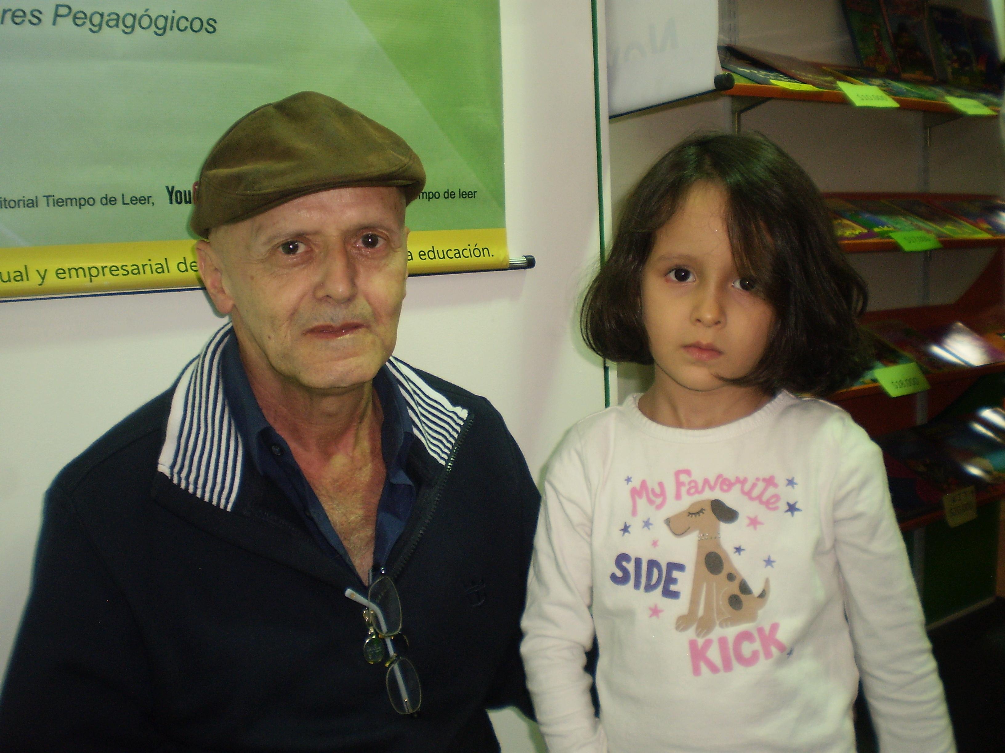 El escritor Rubén López y la niña María José Salazar Castillo.Foto Sandra Milena Salazar
