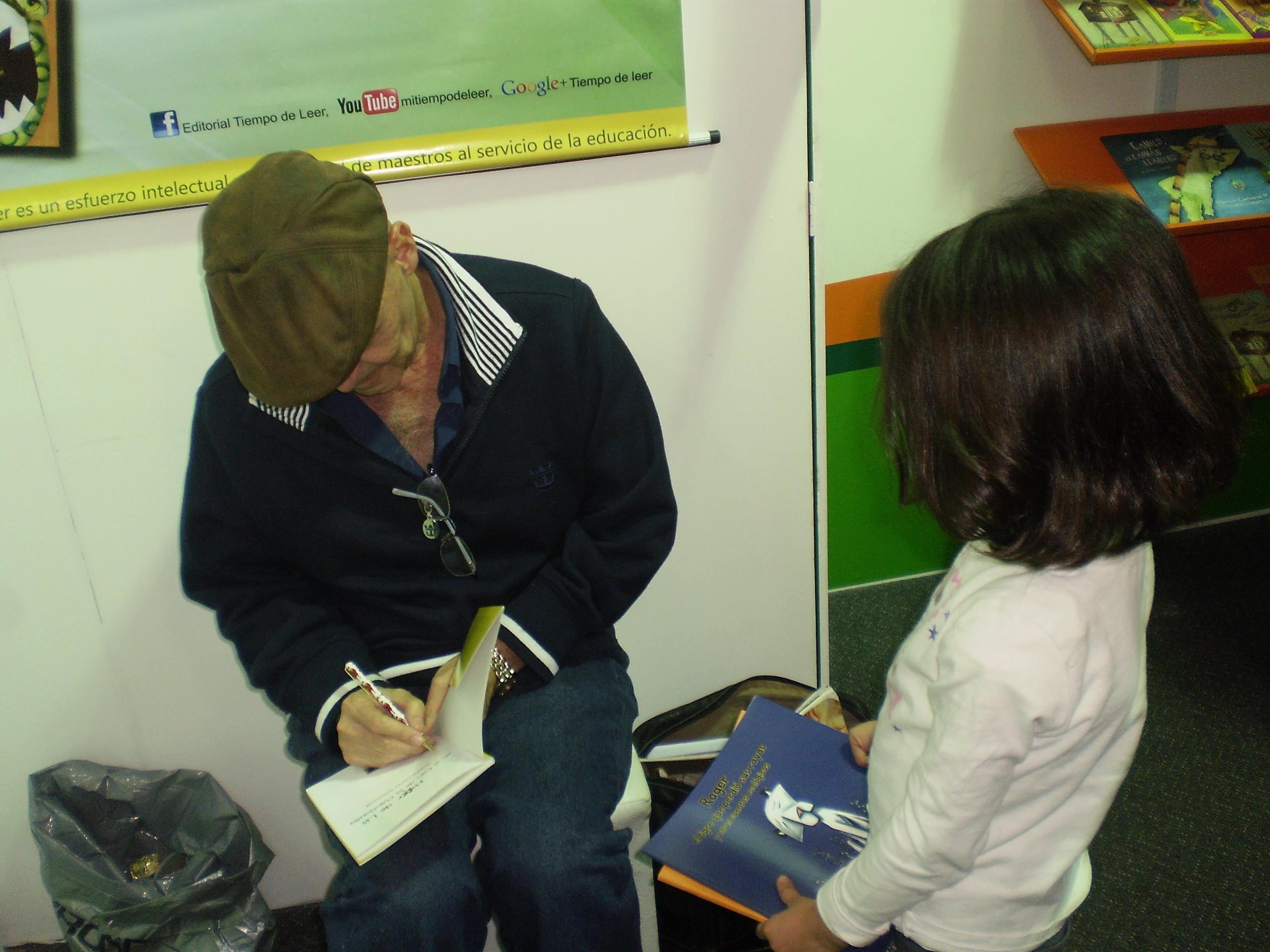 EScritor Rubén López autografia el libro para María José Salazar