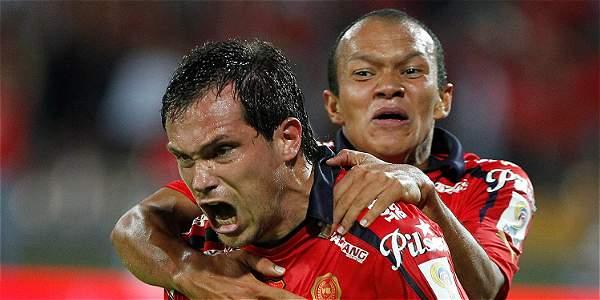 Hernán Hechalar y Juan David Pérez celebran el paso del Medellín a la final de la Liga.