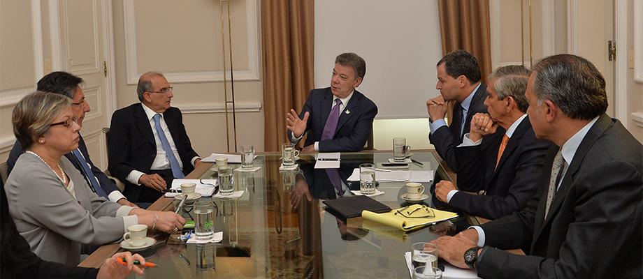 Presidente Santos lleva la palabra durante su encuentro con los miembros del Equipo Negociador del Gobierno