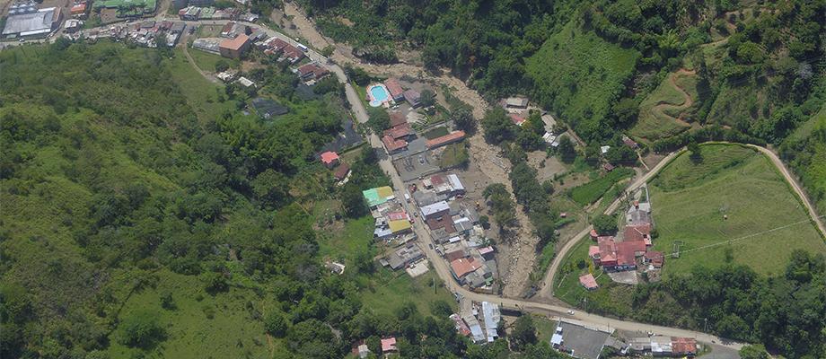 Presidente Santos sobrevoló la zona de la tragedia en Salgar, Antioquia
