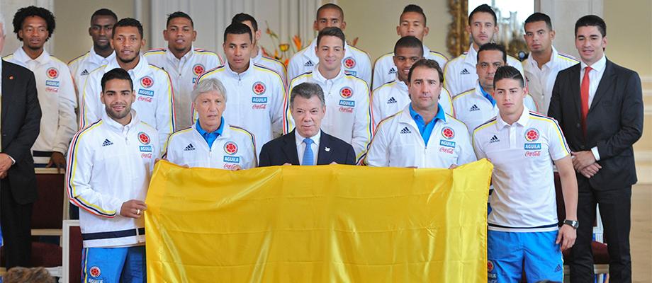 Presidente entregó la Bandera de Colombia a la Selección que jugará la Copa América