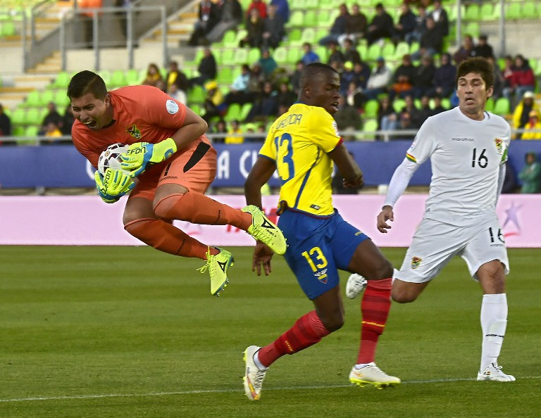 Bolivia's goalkeeper Romel Quinonez catches the ball during  their 2015 Copa America football championship match against Ecuador, in Valparaiso, Chile, on June 15, 2015.  AFP PHOTO / LUIS ACOSTA