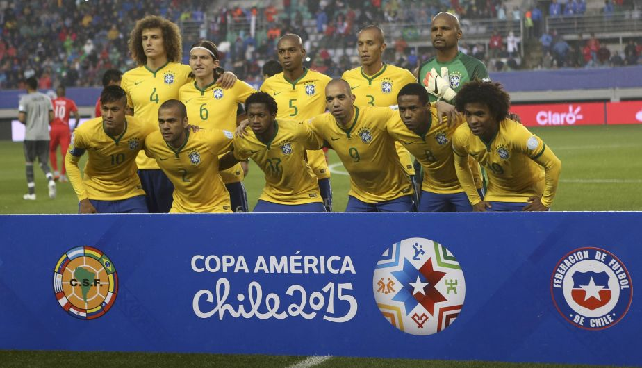 The Brazil squad poses for their team picture ahead of their first round Copa America 2015 soccer match against Peru at Estadio Municipal Bicentenario German Becker in Temuco, Chile, June 14, 2015. REUTERS/Ricardo Moraes