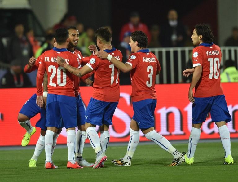 Chile's midfielder Arturo Vidal (C L) celebrates with teammates after scoring against Mexico during their 2015 Copa America football championship match, in Santiago, on June 15, 2015.  AFP PHOTO / RODRIGO ARANGUA