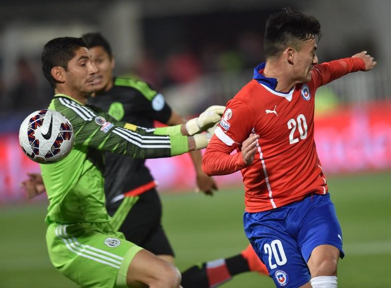 Mexico's goalkeeper Jesus Corona (L) and Chile's midfielder Charles Aranguiz vie during their 2015 Copa America football championship match, in Santiago, on June 15, 2015.  AFP PHOTO / RODRIGO ARANGUA