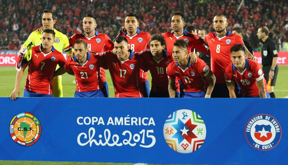 Chile's soccer team poses for a group photo prior to a Copa America Group A soccer match against Bolivia at El Nacional stadium in Santiago, Chile, Friday, June 19, 2015. (AP Photo/Luis Hidalgo)