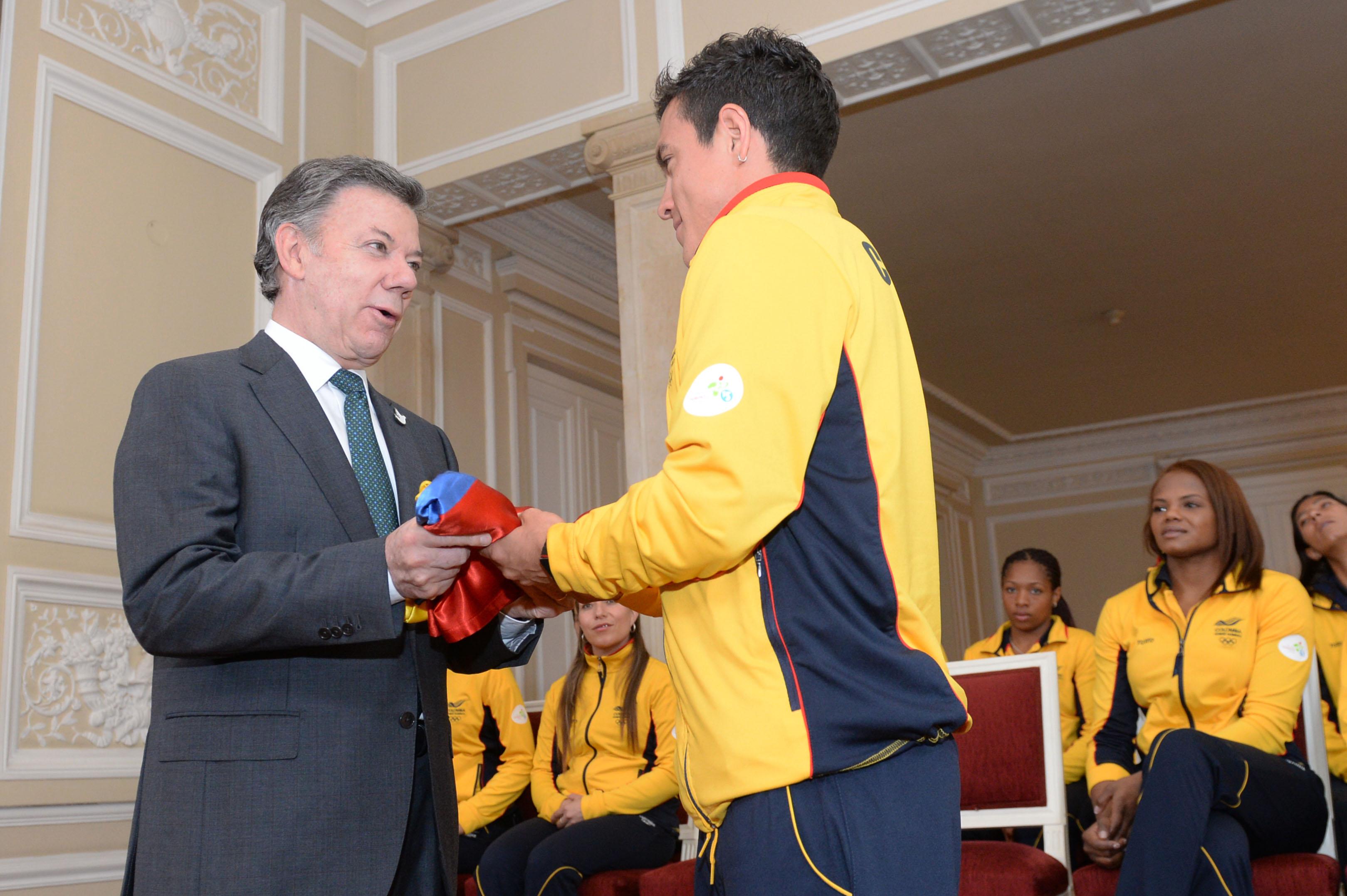 Entrega del Pabellón Nacional a la delegación colombiana que irá a los Juegos Panamericanos en Toronto