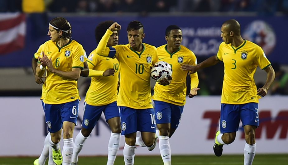 Brazil's forward Neymar celebrates after scoring against Peru during their 2015 Copa America football championship match, in Temuco, Chile, on June 14, 2015.  AFP PHOTO / RODRIGO BUENDIA