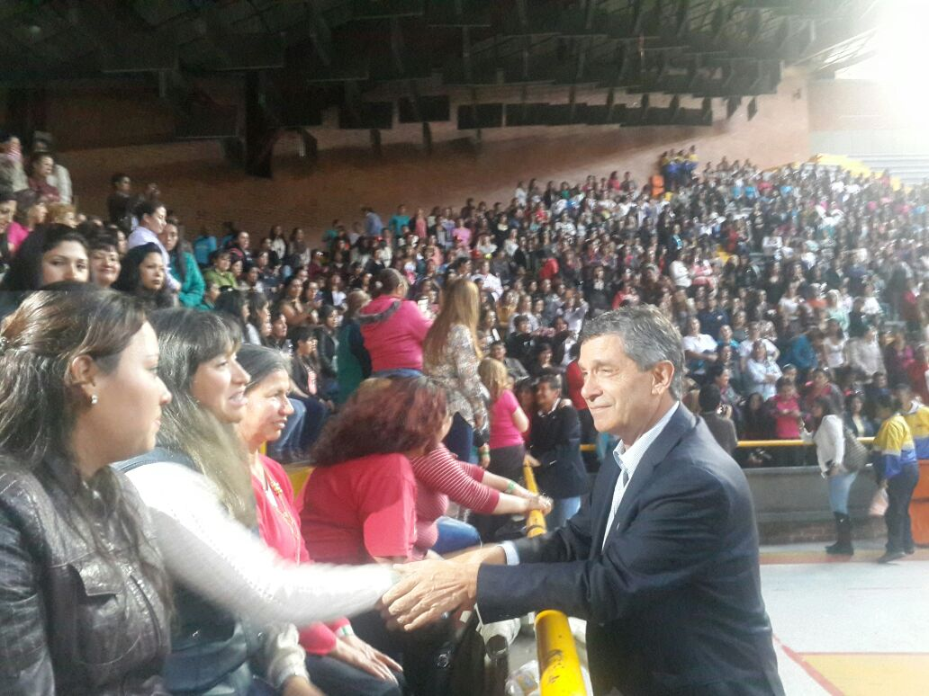 Rafael Pardo con Madres comunitarias