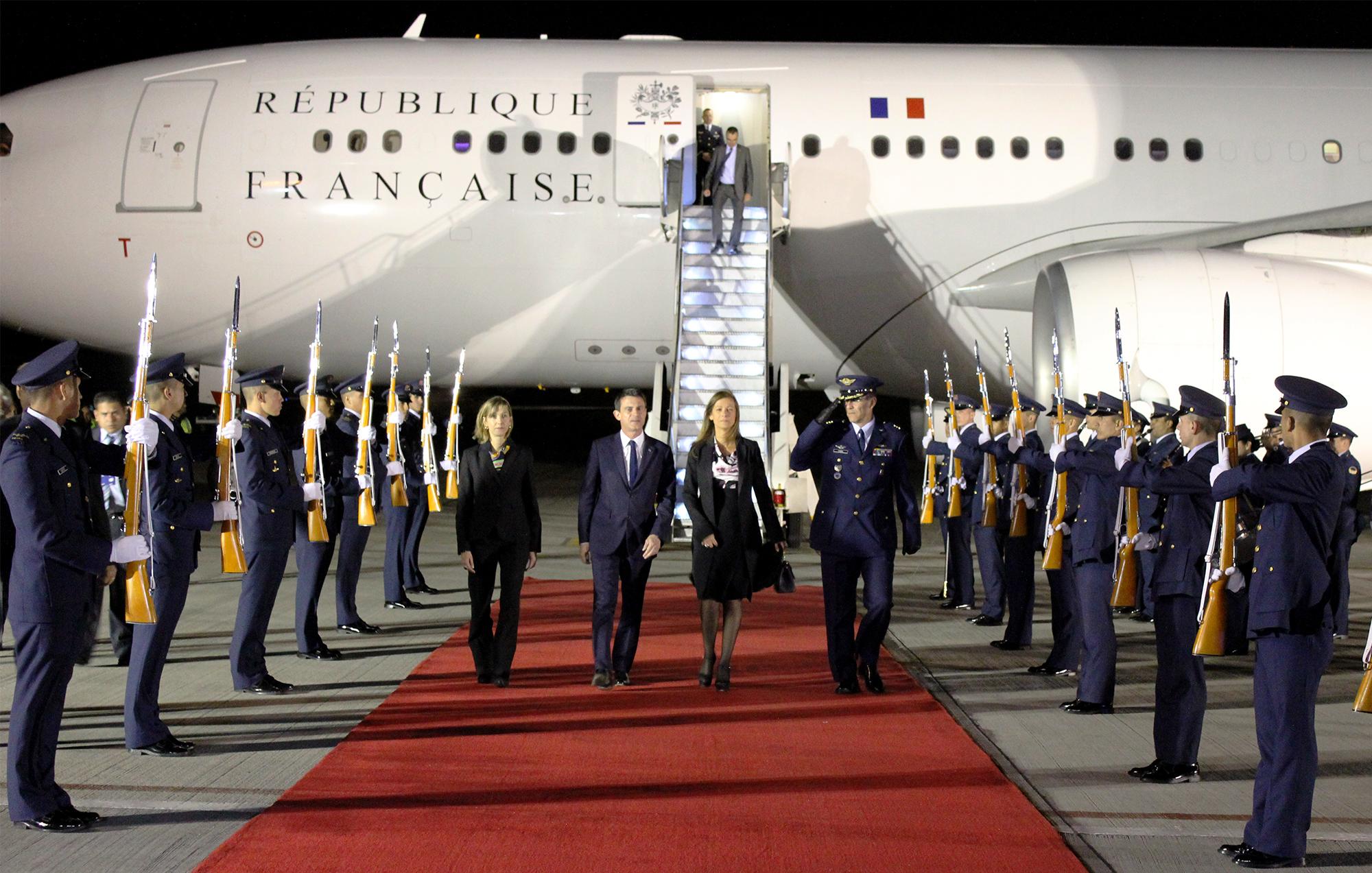 Viceministra de Relaciones Exteriores recibió en el aeropuerto militar de Catam al Primer Ministro de Francia.-Foto: Gustavo Doria