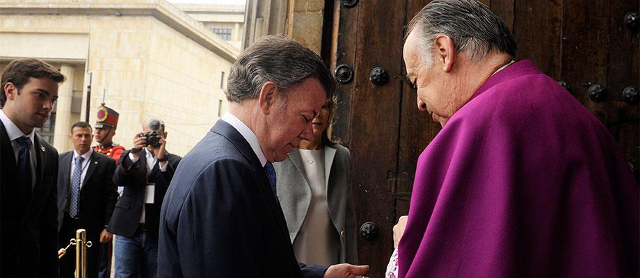 A la entrada de la Catedral Primada de Bogotá, el Presidente de la República fue recibido por Monseñor Juan Miguel Huertas Foto: César Carrión - SIG