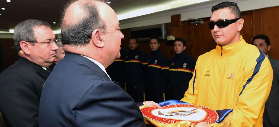 El ministro de Defensa, Luis Carlos Villegas, entregó el pabellón nacional a la delegación de las Fuerzas Armadas