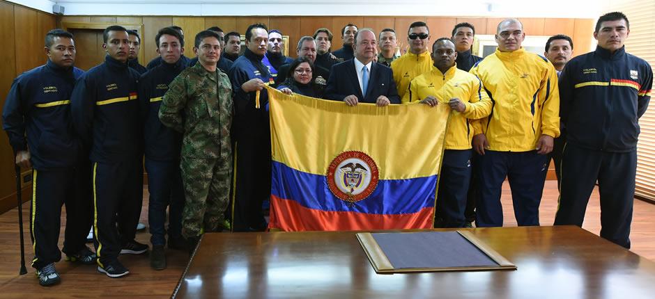 El ministro de Defensa, Luis Carlos Villegas, entregó el pabellón nacional a la delegación de las Fuerzas Armadas2