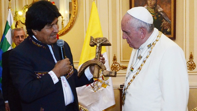 """Evo Morales le entrega """"crucifijo comunista"""" al papa Francisco.""""La expresión del papa (al recibir el regalo) lo dice todo y eso también está circulando por el mundo"""", dijo opositor."""