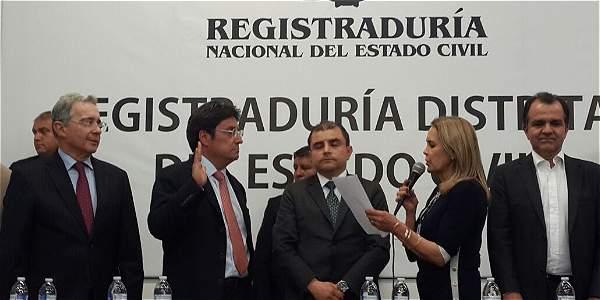 Francisco Santos Calderón llegó a la inscripción de su candidatura acompañado por el senador Álvaro Uribe.