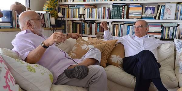 Humberto de la Calle con Juan Gossaín, durante la entrevista que le concedió para varios medios de comunicación.-Foto: Presidencia