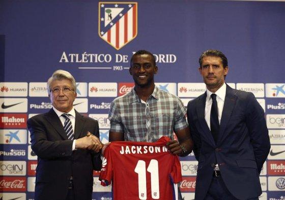 El delantero colombiano fue presentado este domingo como nuevo jugador del equipo colchonero en el Vicente Calderón.