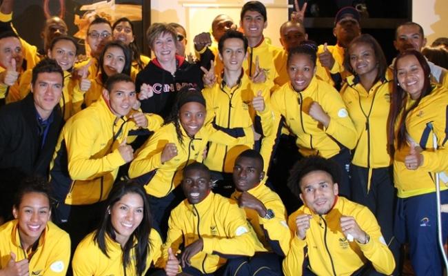 La embajadora junto al equipo colombiano.