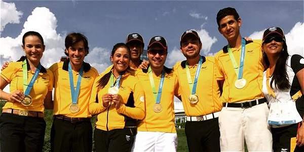 Los golfistas celebran su medalla de oro.
