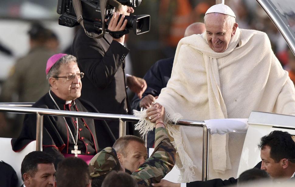 Papa-Francisco-arribo-ciudad-Alto_LRZIMA20150708_0093_11