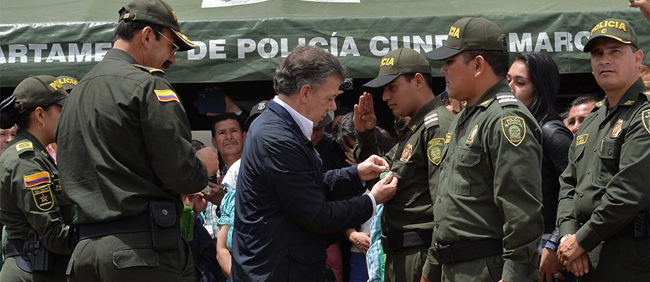 Presidente condecoró a tres patrulleros de la Policía de quienes exaltó su valor y coraje en la lucha antiterrorista
