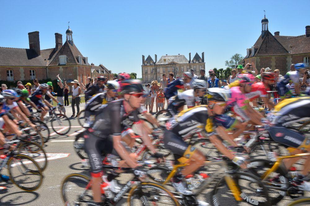Tour de France 2015 - 10/07/2015 - 7ème Etape - Livarot / Fougére - 190,5Km - Le peloton devant le Haras-du-Pin